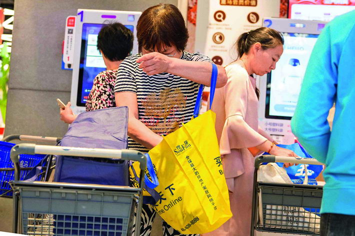 "June 5, 2018: Hema supermarket at Shanghai's Huiyang Plaza launches a ""plastic bag-free"" campaign to urge consumers to use fewer plastic bags. VCG"
