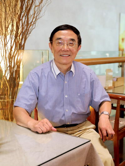 Since his retirement, Shao Yudong has been devoted to researching the theories and practice of Pudong's development and opening up.  by Qiao Zhenqi