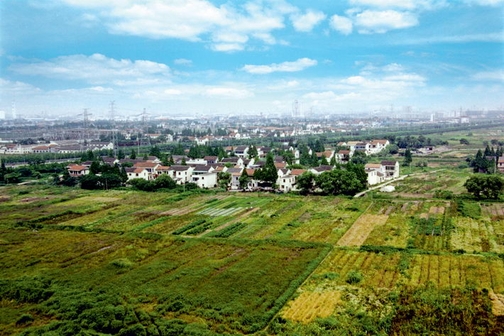 In the early 1990s, the area near Gate 5 of the Waigaoqiao Free Trade Zone in Shanghai was a vast expanse of farmland.  courtesy of Pudong New Area Information Office