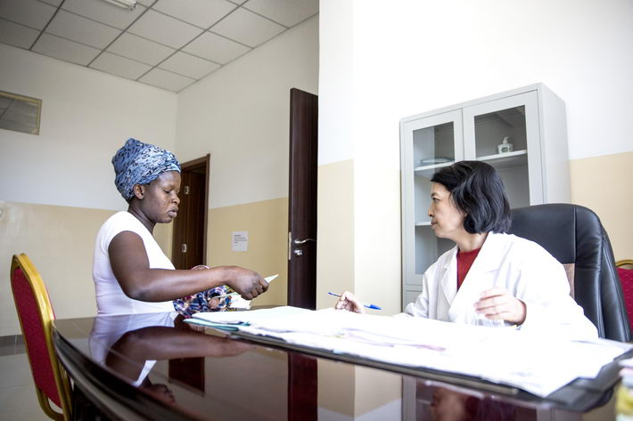 Chinese doctor Li Hailian, director of the Department of Gynecology and Obstetrics at the China-Zambia Friendship Hospital, gave Sari Ma, a 30-year-old Zambian mother, a follow-up checkup six weeks after delivery.