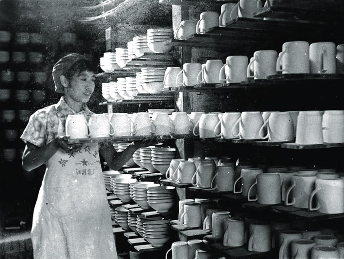 In the 1970s, a worker arranged finished products in a porcelain factory in Jiangyin. courtesy of the publicity department of the Party committee of Jiangyin