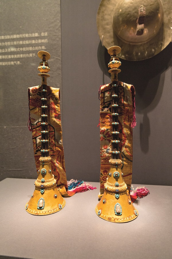 A pair of sandalwood suonas (Chinese woodwind instrument) decorated with gold and jewelry, Qing Dynasty, 58cm tall, caliber diameter of 15cm, held by the Potala Palace Treasure House.