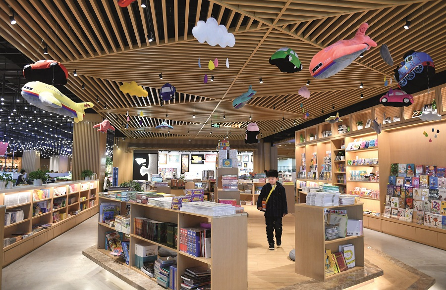"Dubbed the ""most beautiful bookstore"" in Hangzhou, Zhejiang Province, Zhongshuge Bookstore in Xingguang International Plaza focuses on humanities and science as well as kids' books. VCG"