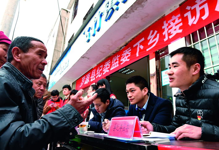 Officials from the Discipline Inspection and Supervisory Commission of Luoyuan County in Fuzhou City, Fujian Province, talk to local villagers.  Xinhua