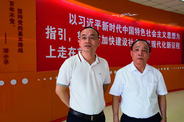 Zhang Weiji (right), former Party branch secretary of Nanling Village, and Zhang Yubiao, secretary of the Party Committee of Nanling Village Community.  by Chen Jian