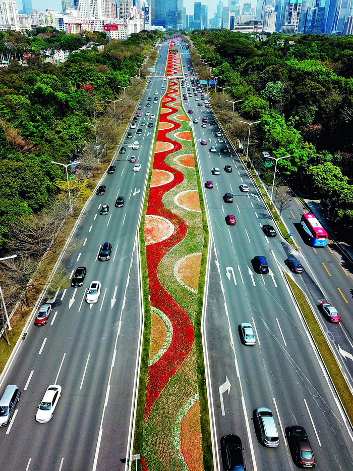 A bird's-eye view of Shennan Road in Shenzhen. Over the past 40 years, Shennan Road has witnessed the tremendous changes taking place in the city.